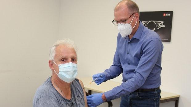 Weitere Firmen starten Impfaktionen und eröffnen eigene Zentren