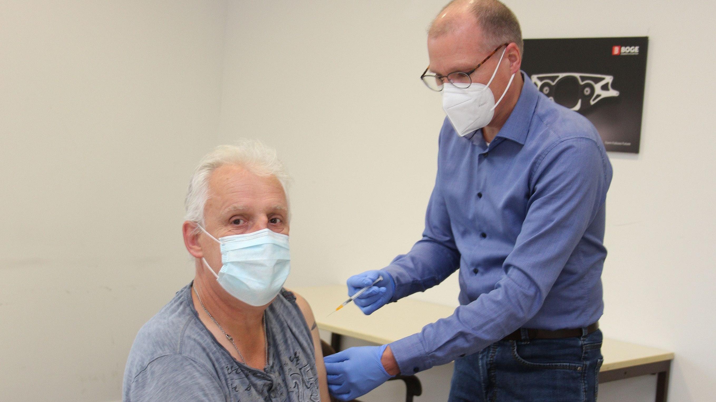 Signal an die Kollegen: Boges Betriebsratsvorsitzender Antonius Thölken ließ sich als erster impfen. Foto: Meyer