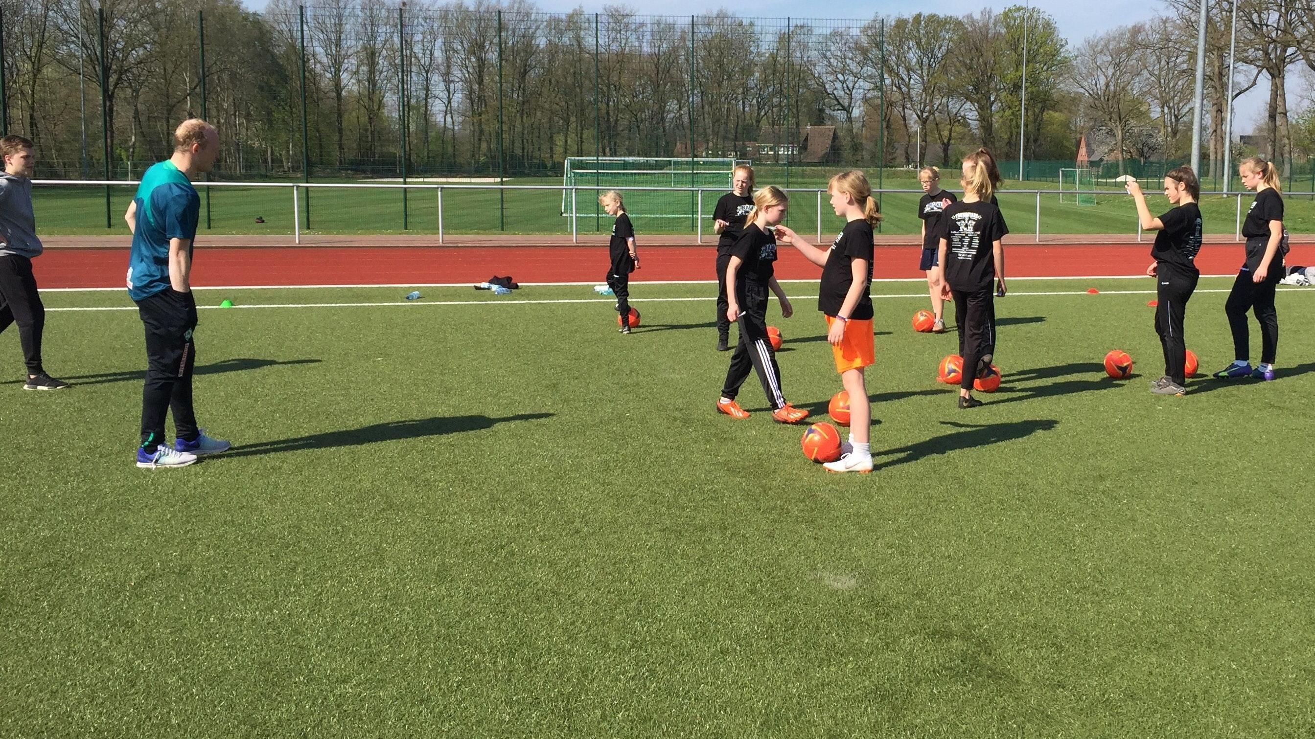 Fußballschule in den Ferien: Trainer des SV Werder kommen Ende des Monats nach Lastrup. Foto: FC Lastrup