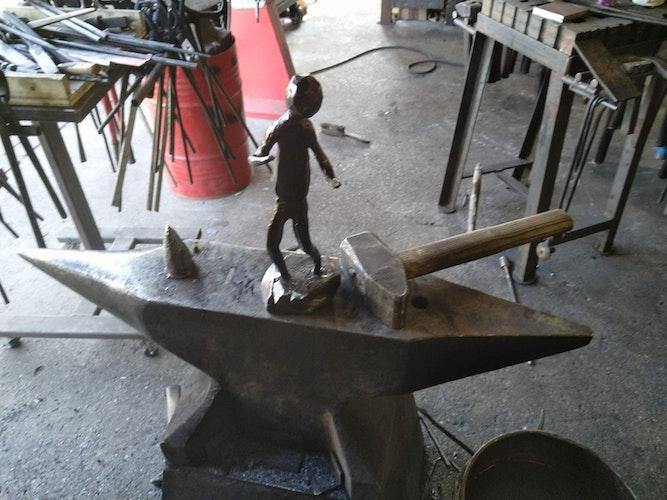 Von Hand gefertigt: einen Hammer und eine Skulptur. Foto: Müller