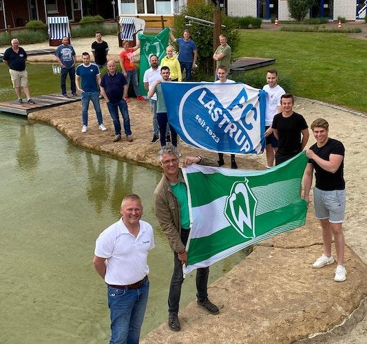 Organisation abgeschlossen: Die FC-Youngsters und die Werder-Brüder haben das Camp in der Sportschule vorbereitet. Foto: FC Lastrup