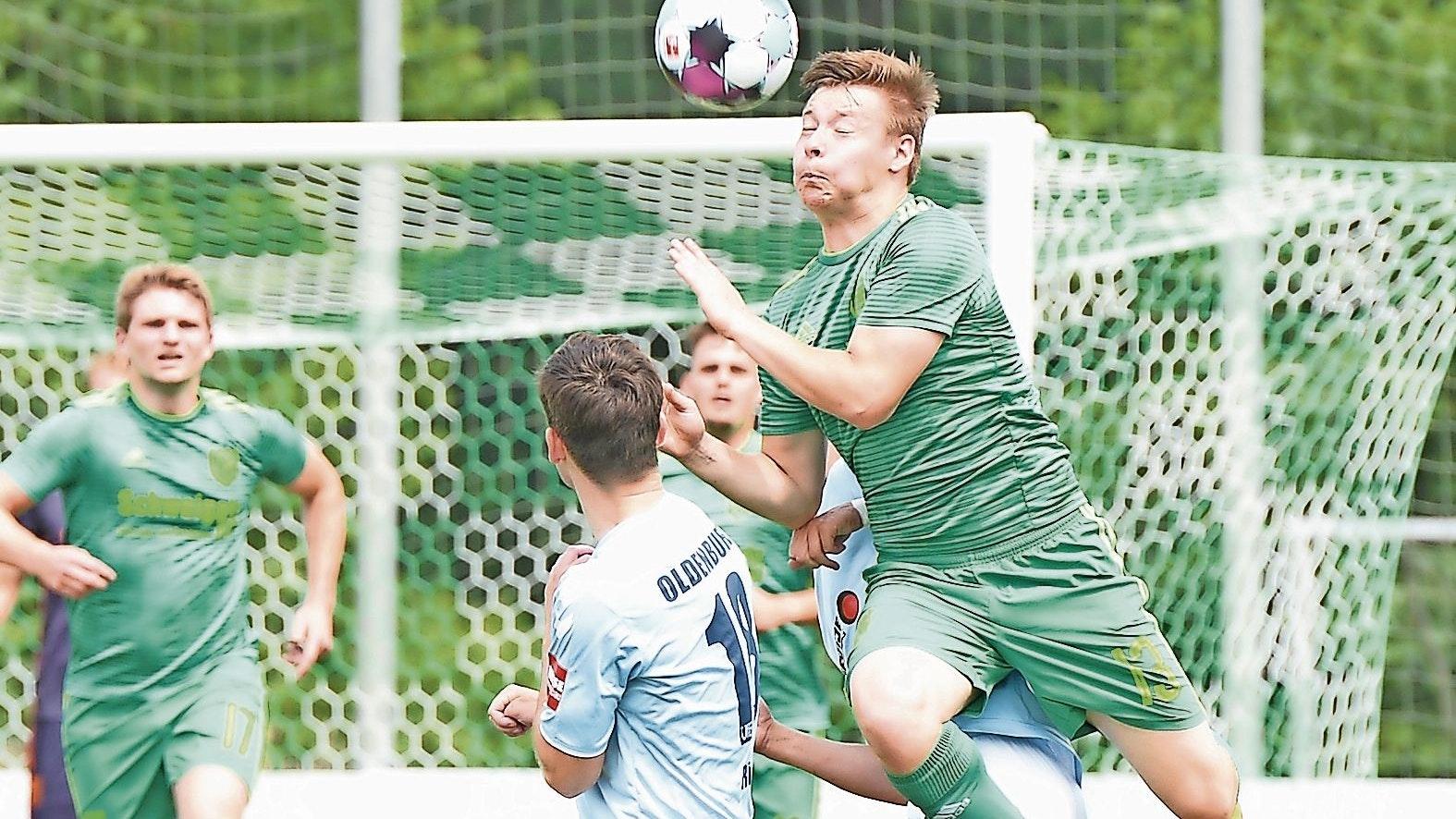 Ins Zeug gelegt: Martin Kaufmann (grünes Trikot) zog sich mit Friesoythe gegen den VfB Oldenburg achtbar aus der Affäre. Foto: Langosch
