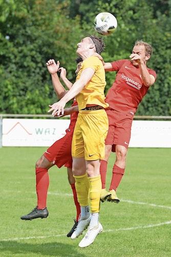 Durchgesetzt: Raphael Wedemeyer (in Gelb) drehte mit dem TuS Emstekerfeld einen Rückstand beim SV Petersdorf (rechts: Thore Schlarmann) noch in einen 2:1-Sieg. Foto: Langosch