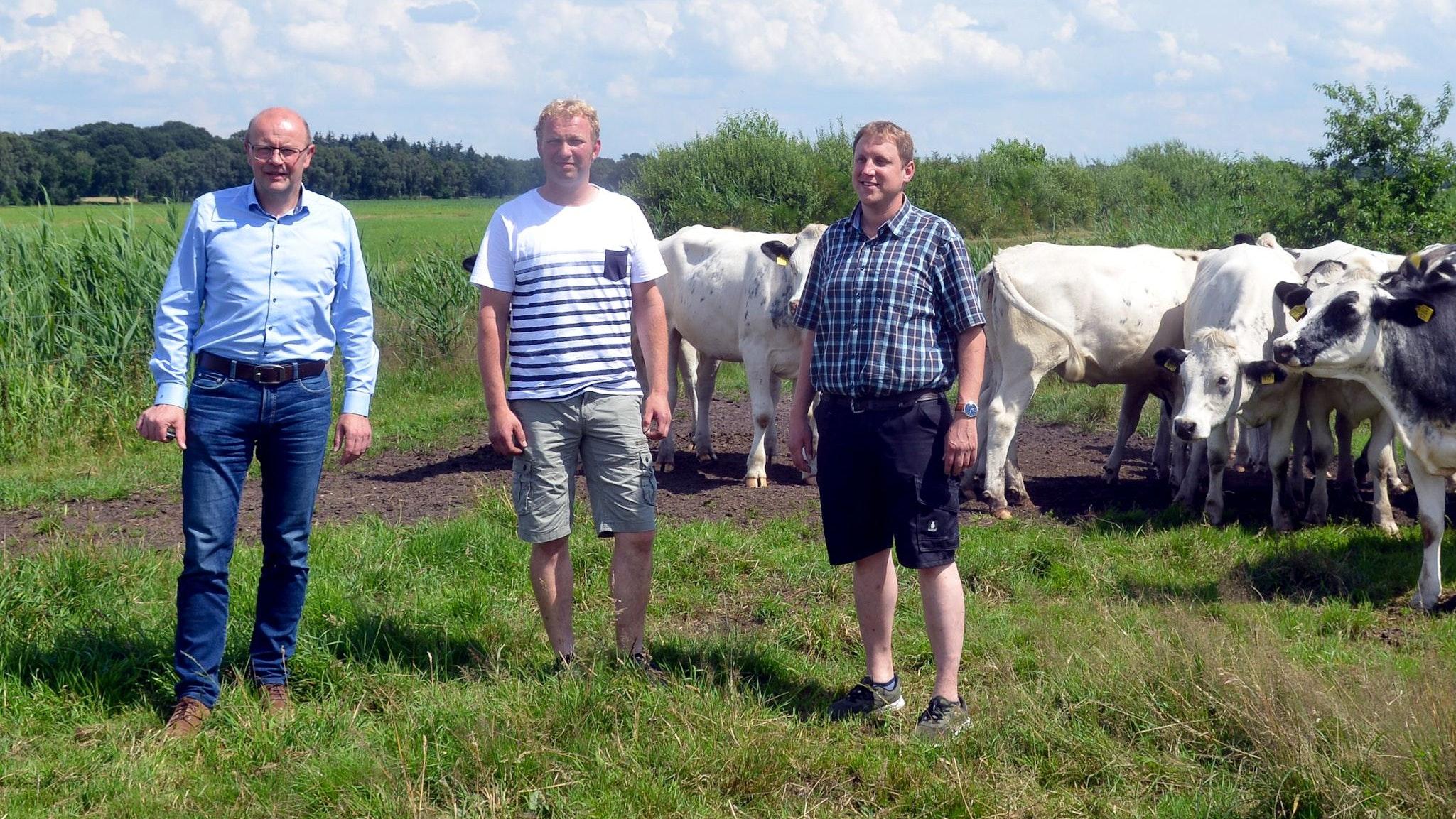 Ohne Bestandsregulierung der Wölfe kann es für Bernd Suilmann (von links), Christoph Grüß und Hermann Kuper keine Weidetierhaltung geben. Foto: Siemer