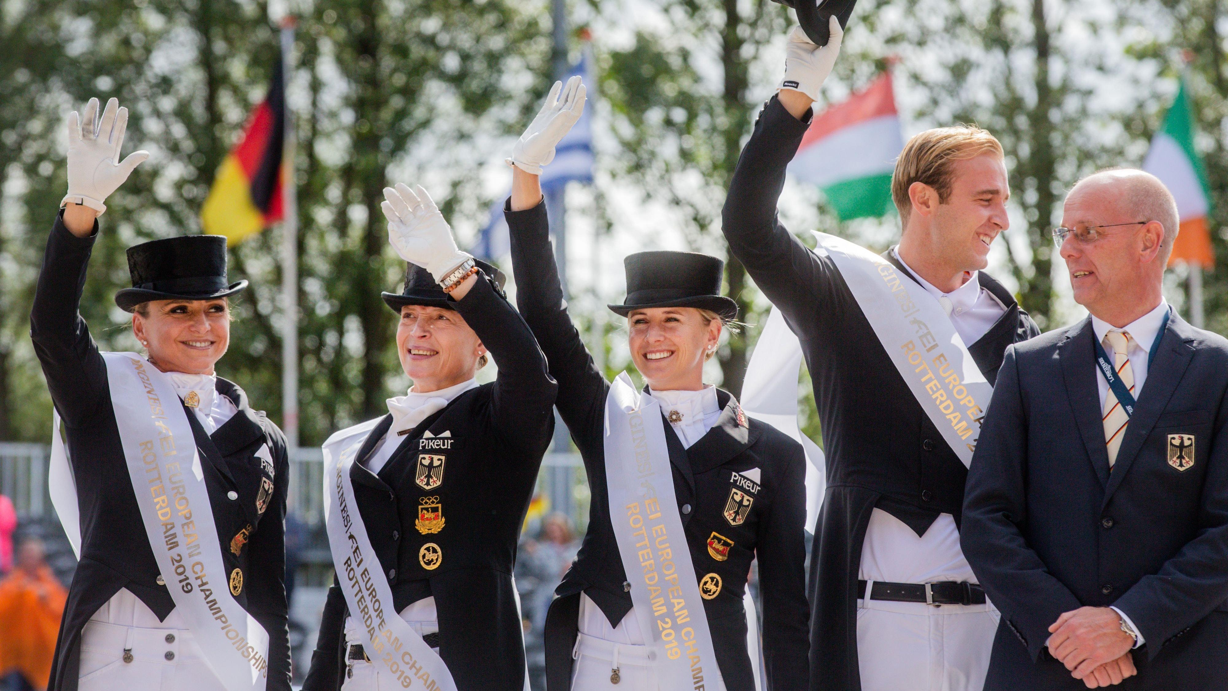 Olympia kann kommen: Klaus Roeser (rechts) mit dem Dressur-Team im August 2019 als Mannschafts-Europameister. Von links Dorothee Schneider, Isabell Werth, Jessica von Bredow-Werndl und Sönke Rothenberger (fehlt in Tokio). Foto: dpa/Vennenbernd