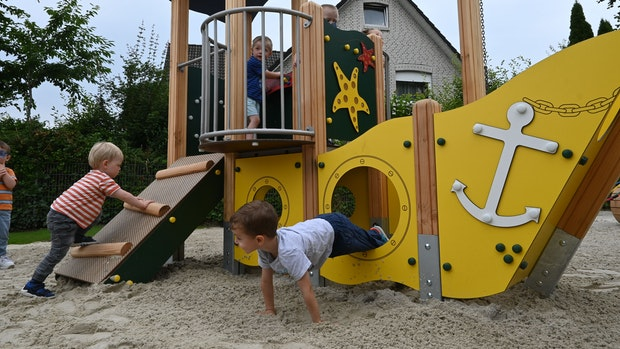 Kleinkinder wagen sich auf erstem Themenspielplatz auf hohe See