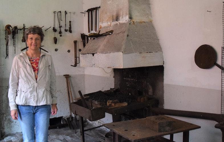 Die beinahe vollständige Schmiede wurde eher zufällig bei einer Begehung entdeckt: Die Museumsleiterin Antje Hoffmann möchte diese für die Öffentlichkeit zugänglich machen. Foto: Hahn