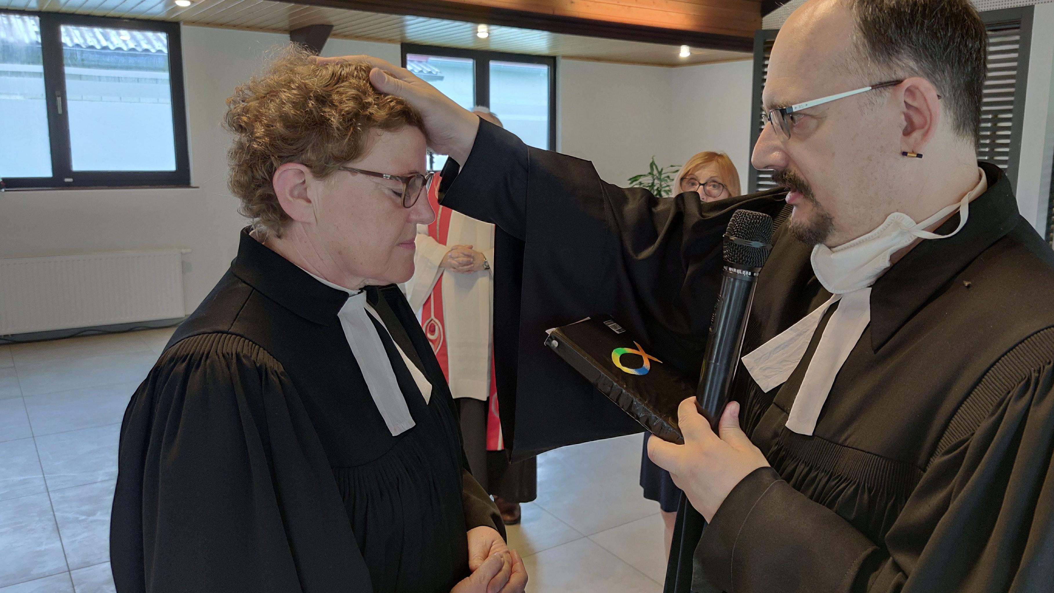 """Segen zum Abschied: Pfarrerin Kerstin von Stuckrad wechselt in den Ruhestand, Neuenkirchens Pfarrer Dr. Kurt Paesler wird nun """"halb"""" auch für Fladderlohausen zuständig. Foto: Röttgers"""