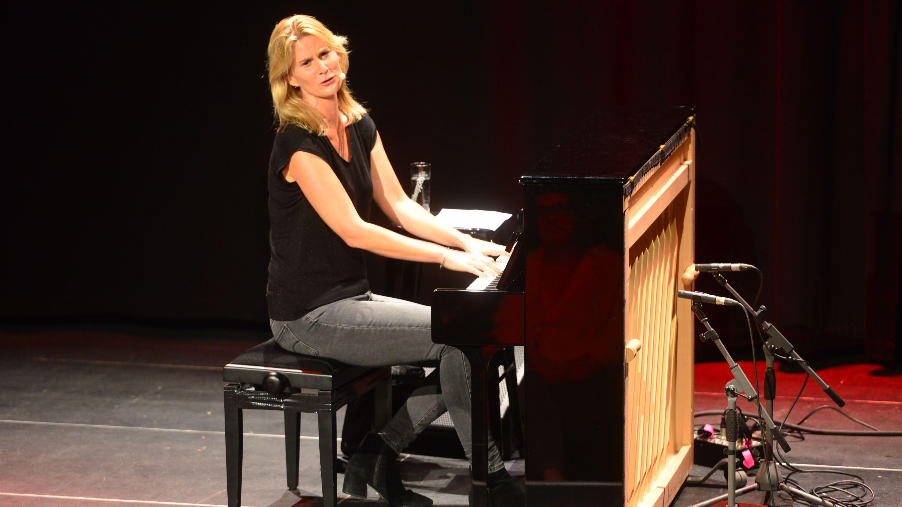 Mal charmant, mal bissig: Lucy van Kuhl verarbeitet Alltagserfahrungen zu einem Musikprogramm. Foto: Heidkamp