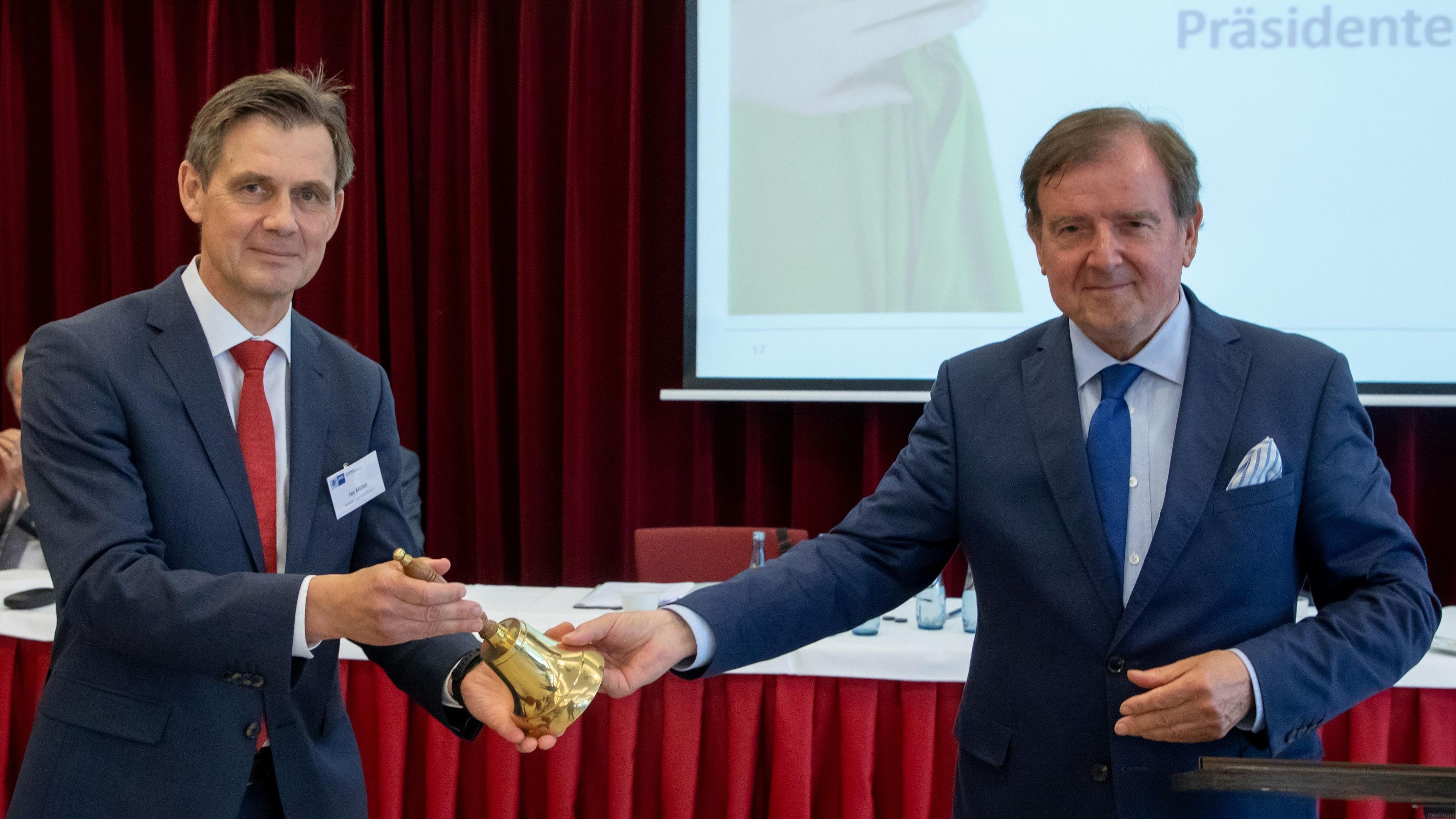 Übergabe: Jan Müller (links) und Gert Stuke aus Friesoythe. Foto: Andreas Burmann