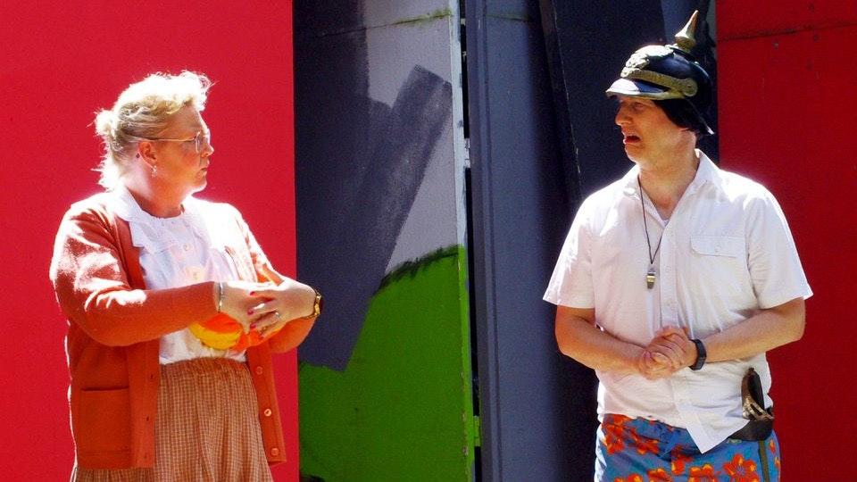 Endlich wieder Freilichtbühne! Dimpfelmoser (Harald Fuest) schmeckt der Kürbis von Oma (Judith Schmidt) nicht. Foto: Zens