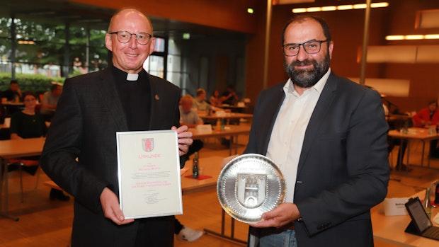 Stadt Friesoythe verleiht Pfarrer Borth den Wappenteller