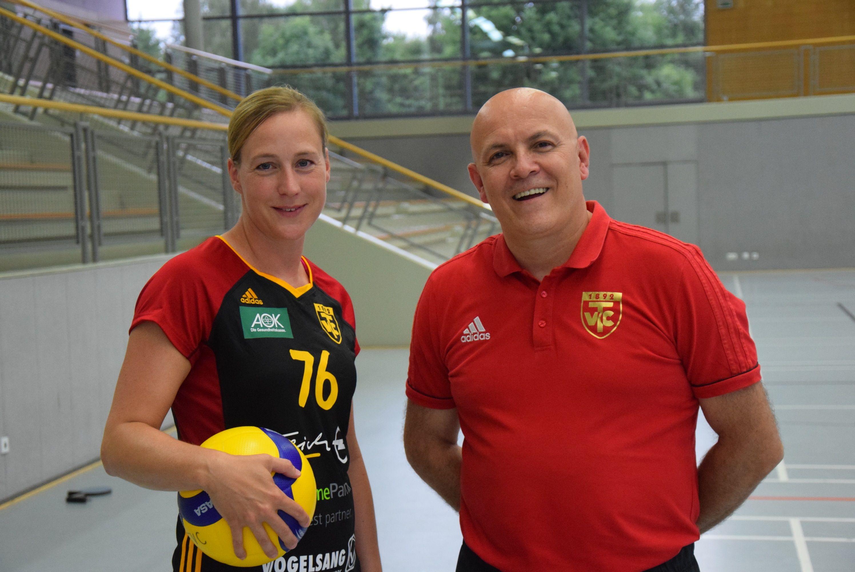 Willkommen beim TVC: Trainer Tomislav Ristoski freut sich über Neuzugang Maria Paulat. Die Mittelblockerin hat zuletzt beim Regionalligisten TSG Westerstede gespielt. Foto: Wessel