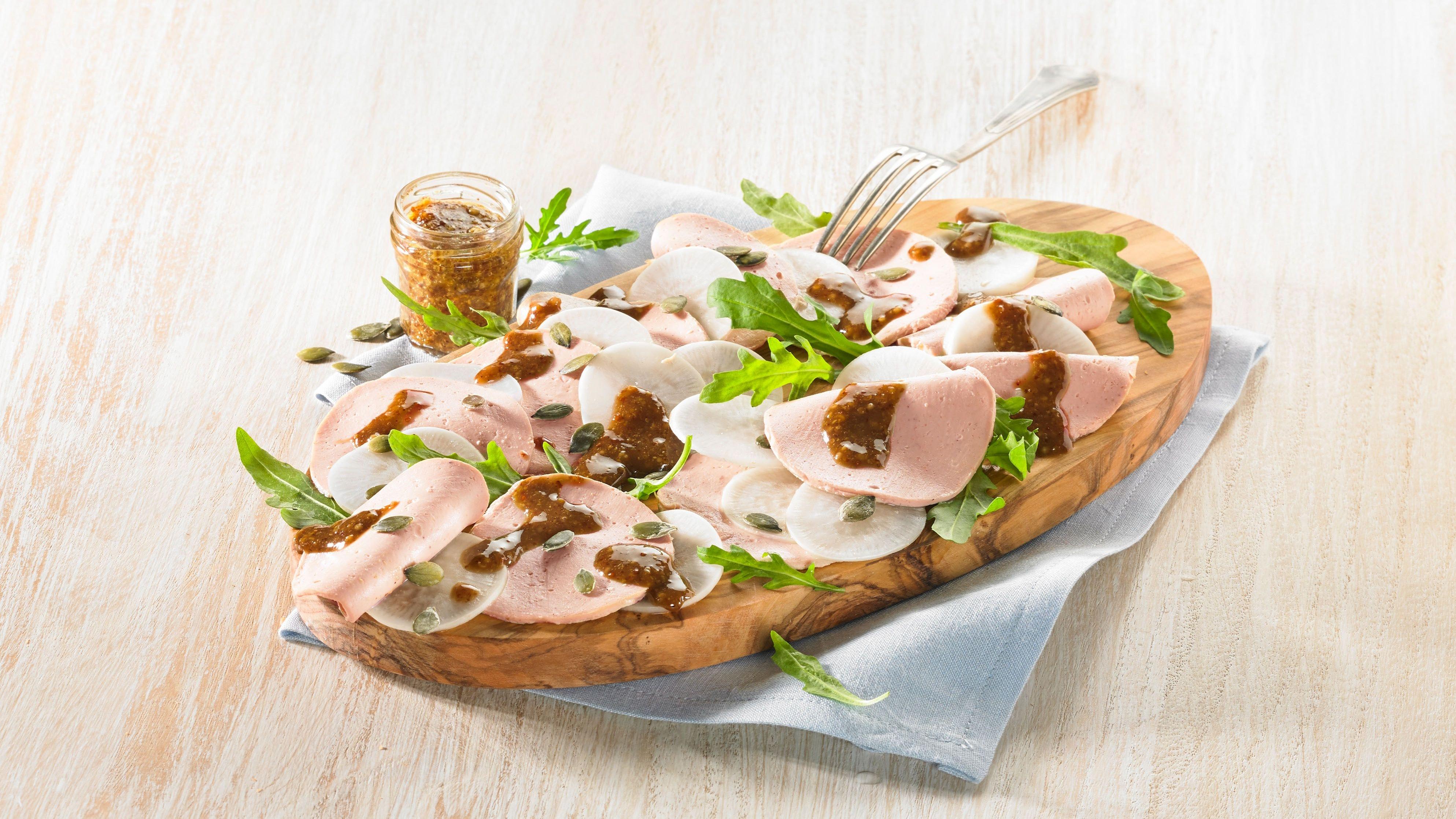 Carpaccio mal anders: Auf bayerische Art wird das Gericht mit fettarmer Putenwurst, Rettich und einem nussigen Salat- und Rohkostöl serviert. Foto: djd/Egle