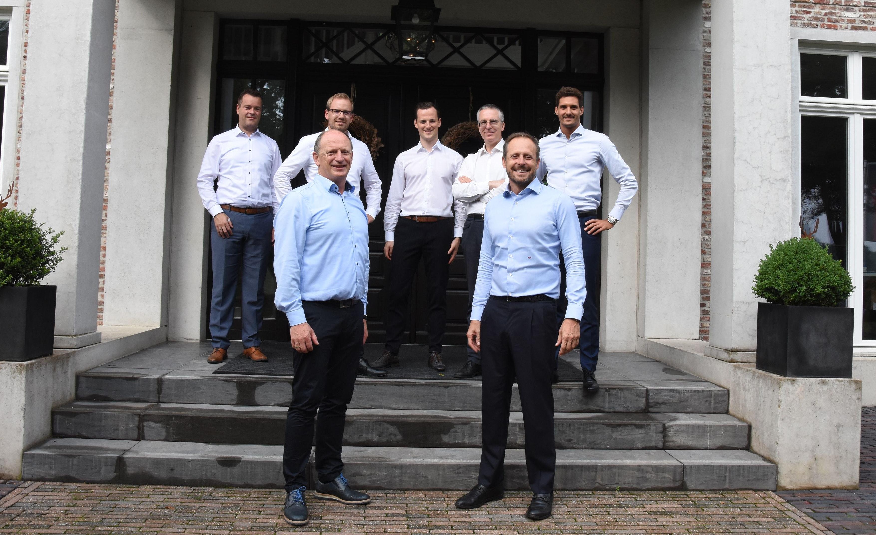 Freude über die Partnerschaft: (von links, vorne) Kunibert Ruhe (Geschäftsführer Ruhe Agrar) und Stefano Di Santo, Chef von Ecospray, nach dem Vertragsabschluss in Lüsche mit den weiteren Firmenvertretern (von links, hinten) Thomas Rolfes (Geschäftsführer Ruhe Agrar), Justus Ruhe (Ruhe Biogas Service), Max Ruhe (Geschäftsführer Ruhe Biogas Service), Giorgio Copelli (Ecospray) und Alberto Fanchini (Ecospray). Foto: Tzimurtas