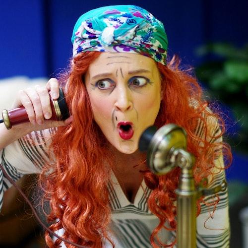 Frau Schlotterbeck (Alina Brand) hat Probleme mit dem Telefon. Foto: Zens
