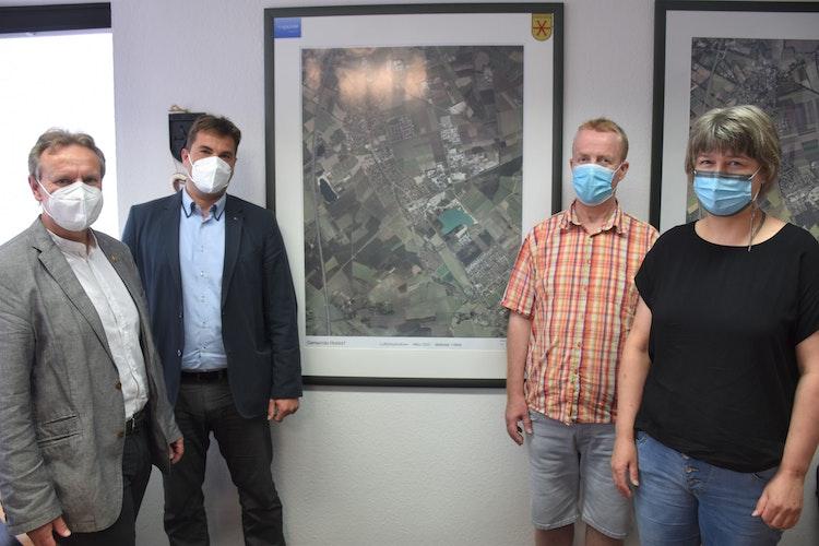 Zufrieden mit dem Ergebnis: (von links) Holdors Bürgermeister Dr. Wolfgang Krug, Enrico Kunas vom Katasteramt sowie Thomas Schwingel und Anke Franzke vom Andreaswerk Vechta. Foto: Böckmann
