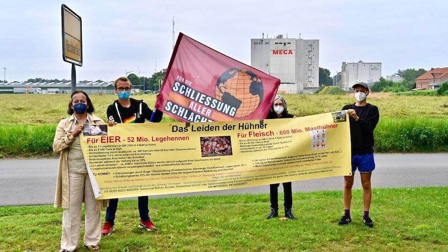 Protest in Rechterfeld: Nahe der PHW-Konzernzentrale haben sich einige Aktivisten versammelt. Foto: M. Niehues