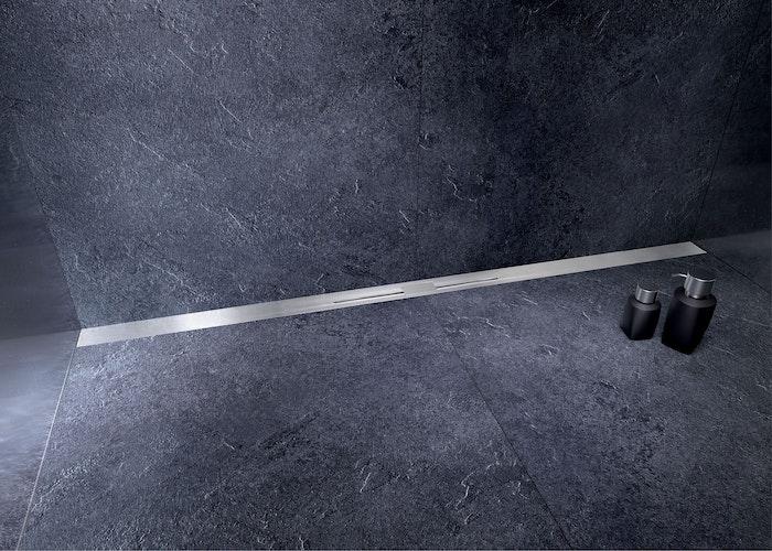 Mit ihrer niedrigen Aufbauhöhe ist die in der Länge anpassbare Duschrinne auch für die Sanierung des Badezimmers geeignet. Foto: djdGutjahr Systemtechnik