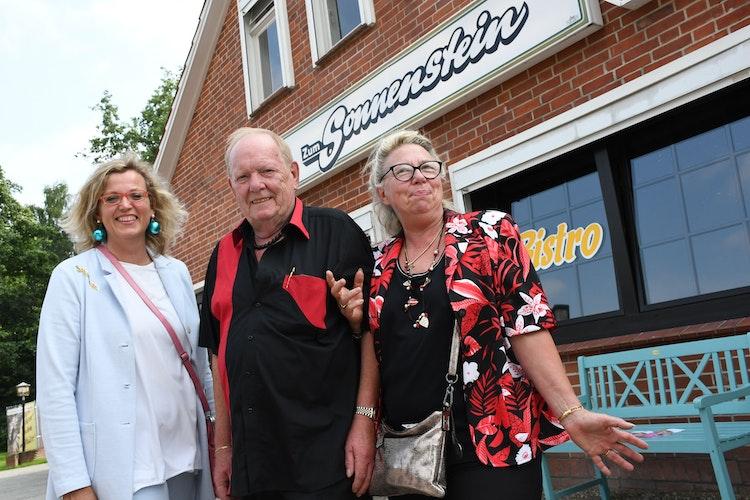 Entspannt vor dem alten Lokal: das Wirtepaar Klaus und Gunda Sengstake aus Harpstedt mit der Direktorin des Museumsdorfs, Dr. Julia Schulte to Bühne (links). Foto: Kreke