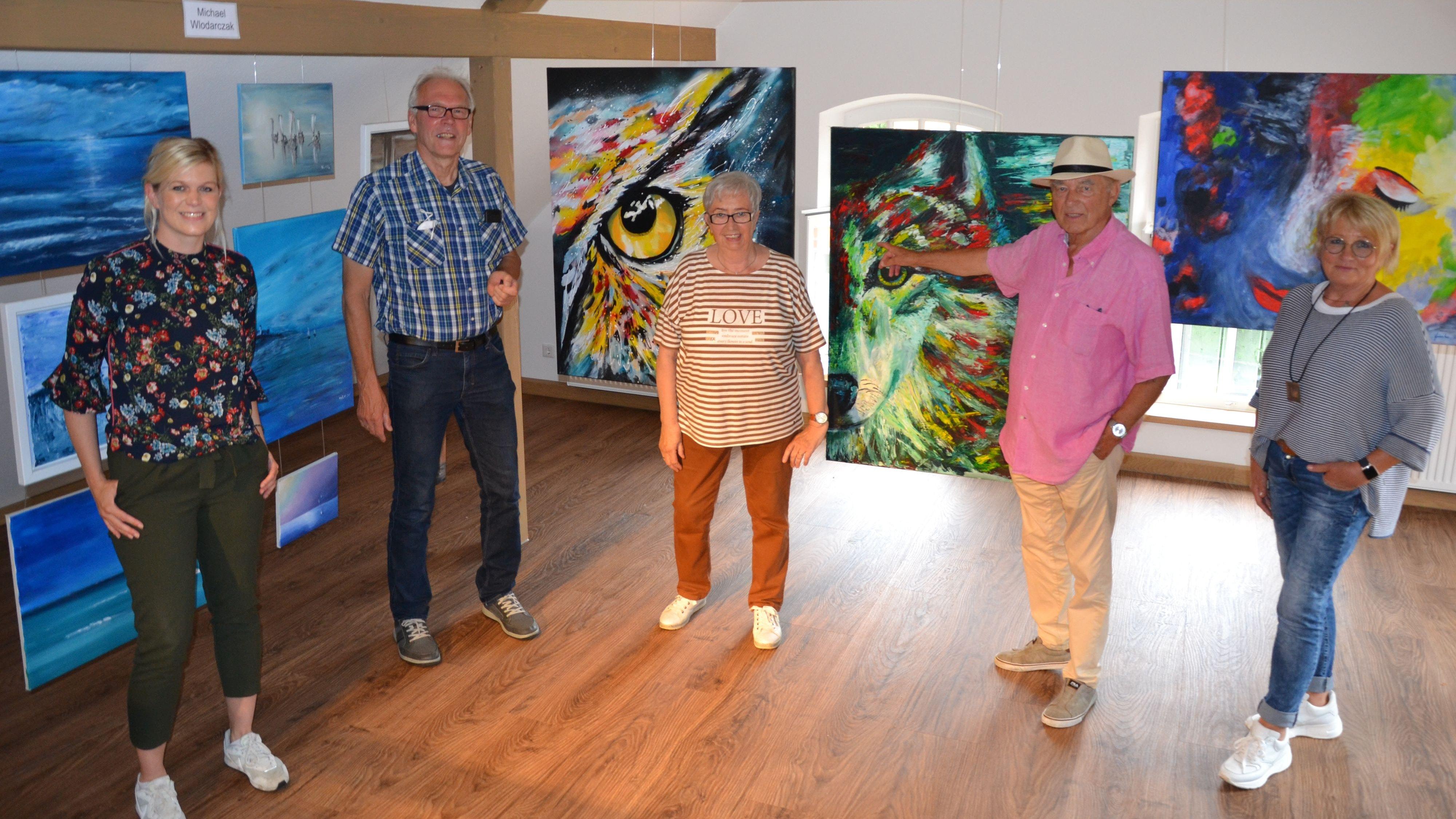 Stellen aus (von links): Janet Böckmann, Michael Wlodarczak, Elfie Kläs, Heinz Finke und Marlies Diekmannzeigen ihre Werke in der Kulturscheune. Foto: G. Meyer
