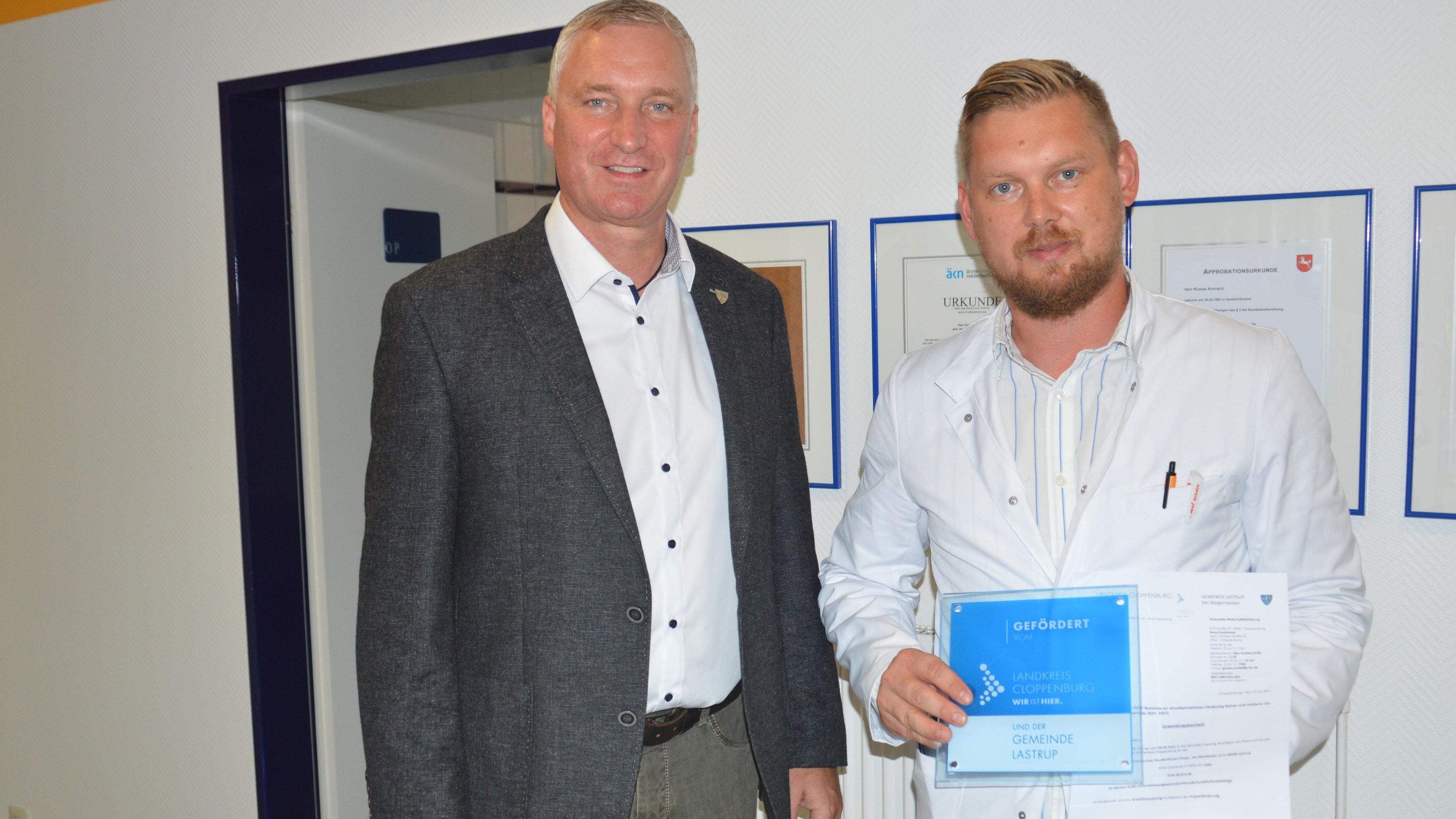 Starthilfe: Michael Kramer (links) überreicht dem neuen Arzt Roman Kovach den Förderbescheid. Foto: Landwehr