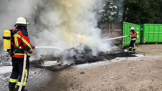 Matratzen und Kunststoffmüll brennen in Cappeln