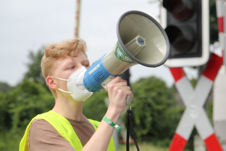 Sprachrohr der Ortsgruppe: Nils Wolke aus der Gemeinde Essen führte die Demonstration an und fand auch bei der Abschlusskundgebung deutliche Worte. Foto: Speckmann