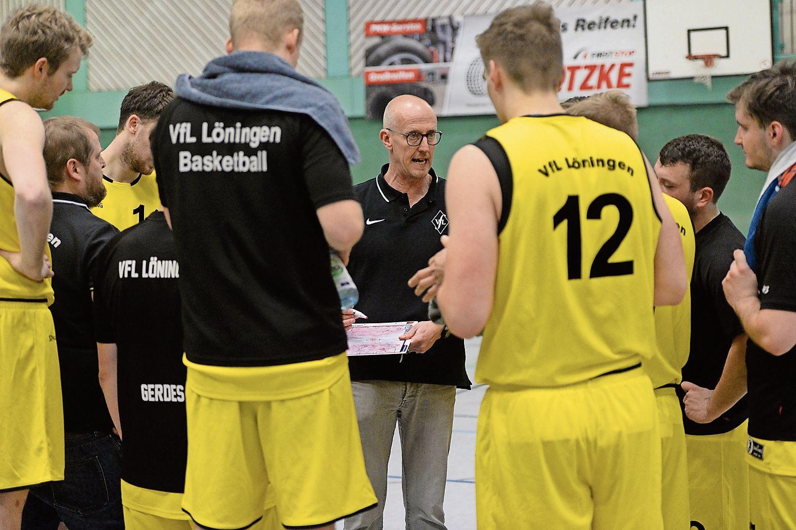 Bald geht's wieder los: Der Löninger Trainer Guido Thöle (Mitte) freut sich schon riesig darauf, seine Spieler beim Mannschaftstraining wiederzusehen. Archivfoto: Langosch