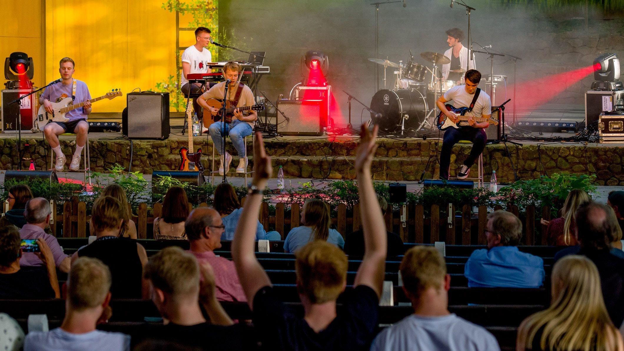 Direkt auf Betriebstemperatur: Die Band Jacob Fortyhands und das Publikum. Foto: Wenzel