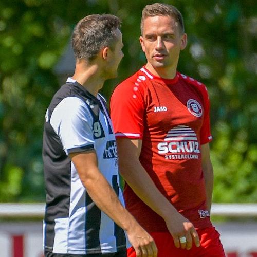 Smalltalk im Testspiel: Paul Kosenkow (links) mit Christian Schiffbänker. Foto: Wenzel