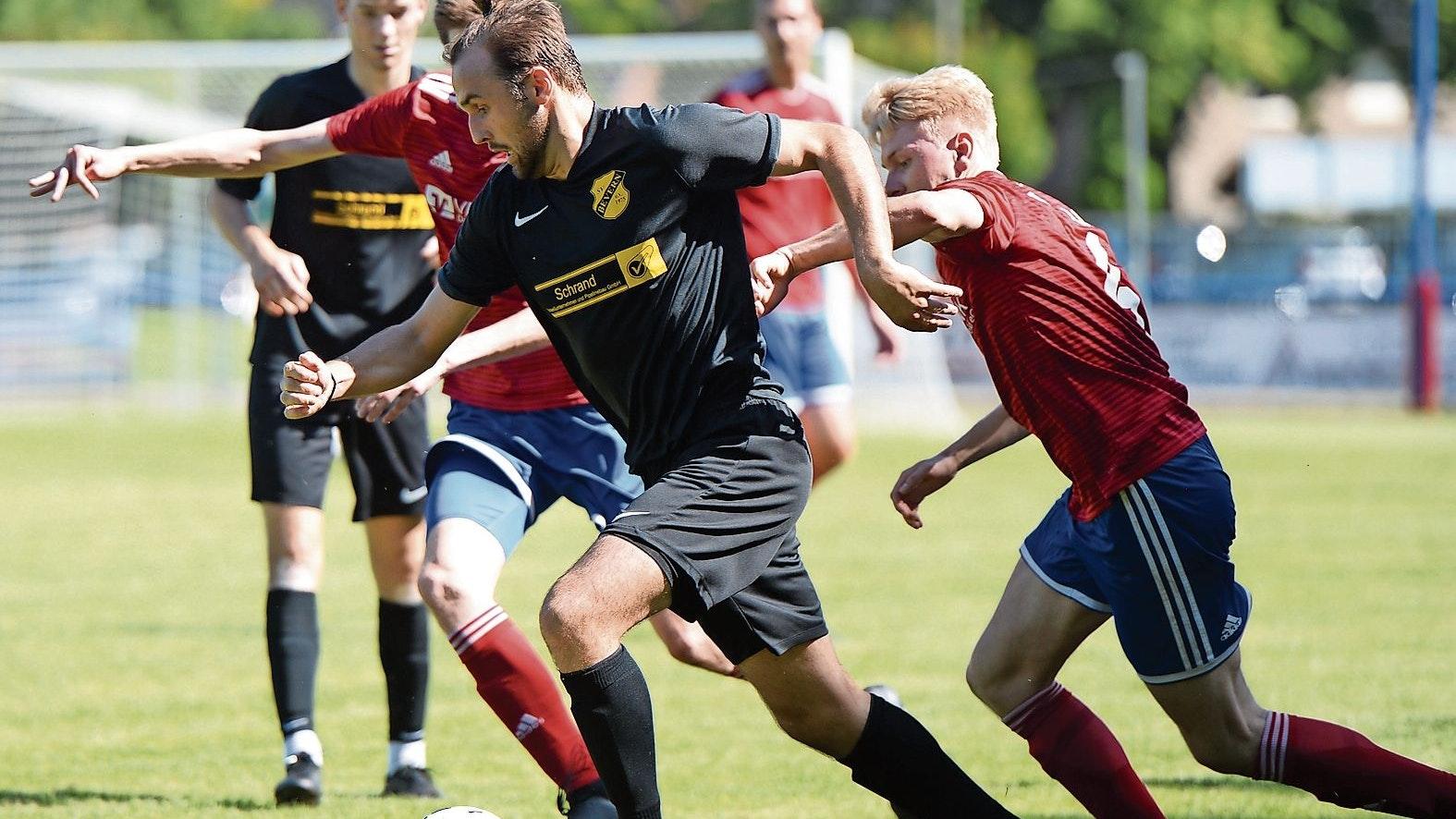 Torschützen unter sich: Joshua König (am Ball) erzielte das zwischenzeitliche 2:0 für Bevern, Dirk Averdam (rechts) schaffte den 2:2-Ausgleich, nachdem Steffen Buddelmeyer (verdeckt) den Anschlusstreffer für Dinklage markiert hatte. Foto: Langosch