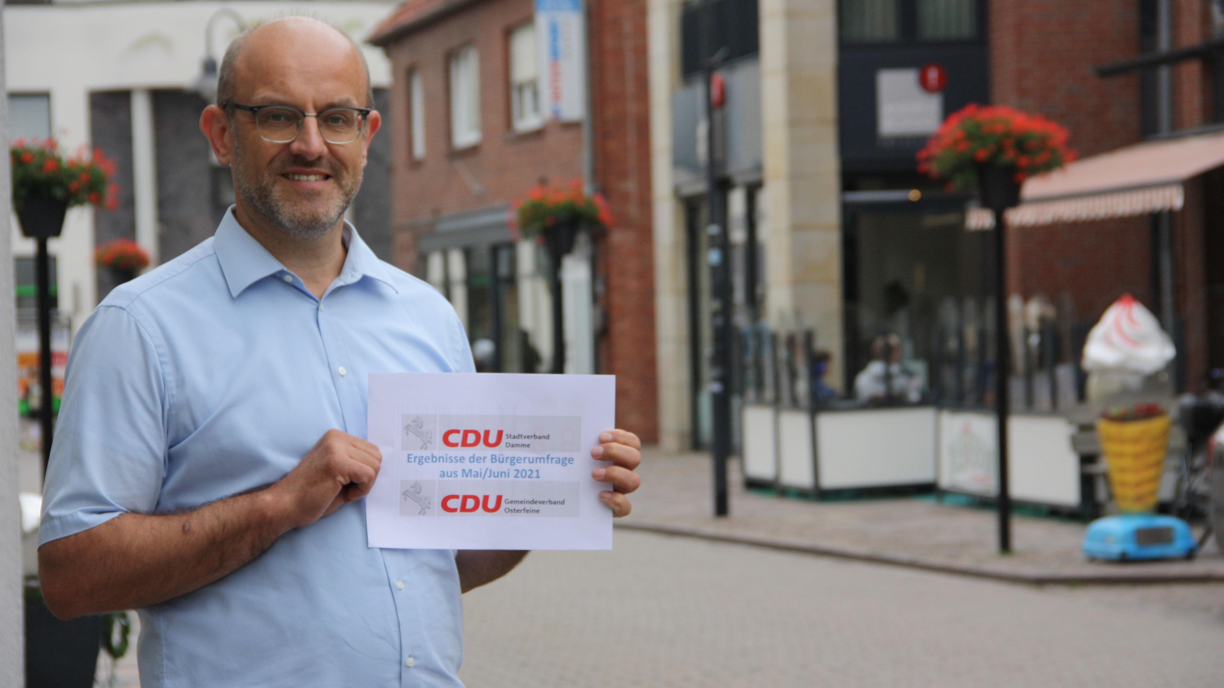 Der Vorsitzende des CDU-Stadtverbandes, Jürgen Osterhues, präsentiert die Ergebnisse: Die Dammer wünschen sich eine grünere Innenstadt. Foto: Bernhardt