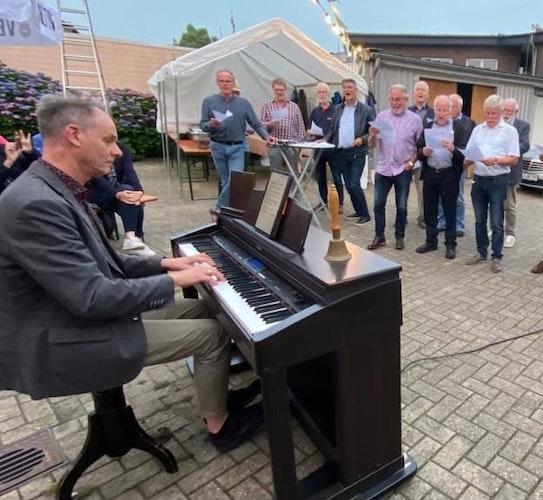 Erstes Ständchen: Hans-Georg Wissmann setzte sich als neuer Dirigent ans Klavier. Foto: Siemer