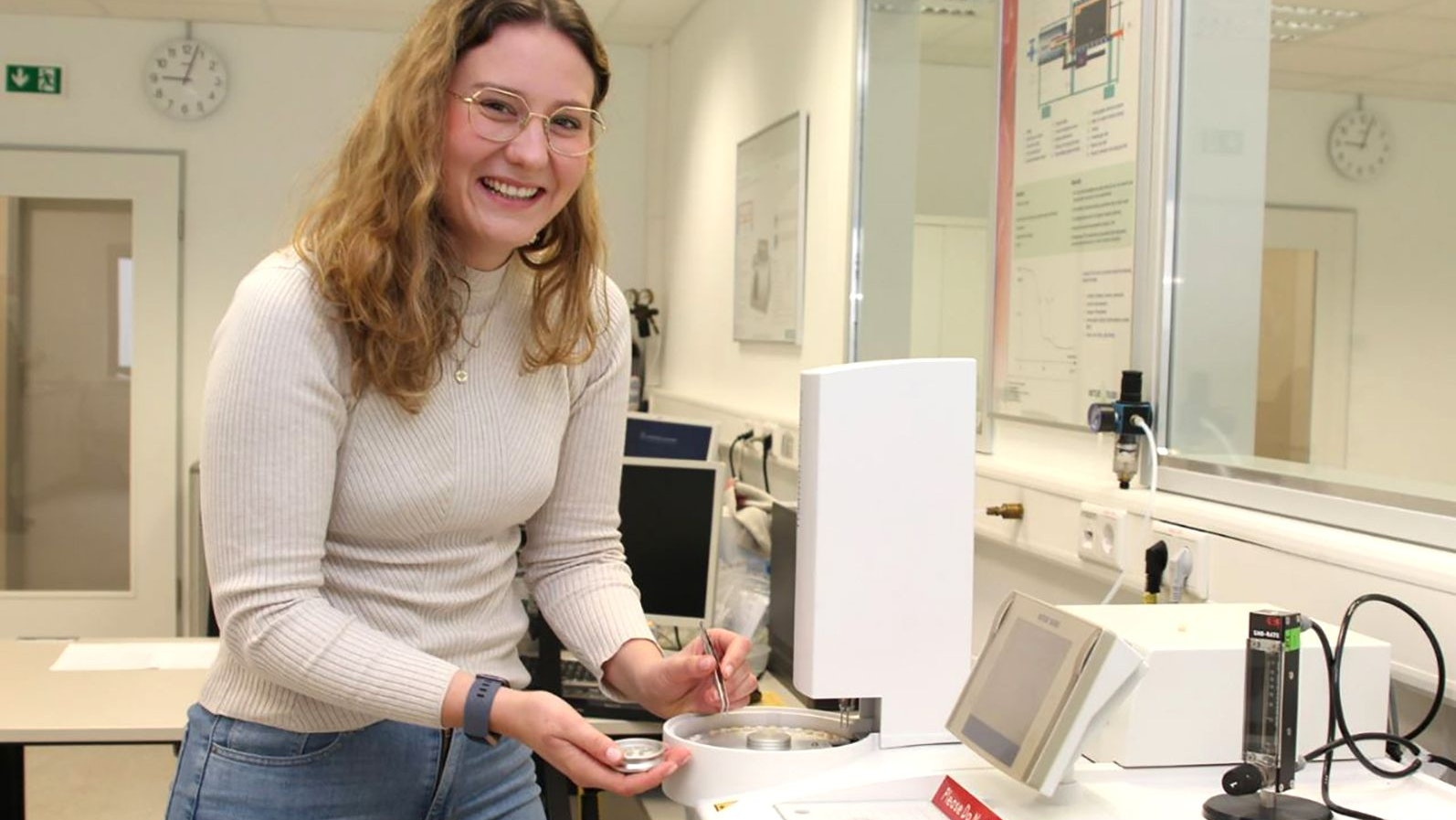 Sie will Kunststoff weiterentwickeln – und wiederverwerten: Die Pöppelmann-Werkstudentin Nele Zerhusen hat für ihre Bachelorarbeit den Preis der Deutschen Kautschuk-Gesellschaft erhalten. Foto: Firma Pöppelmann/Honkomp