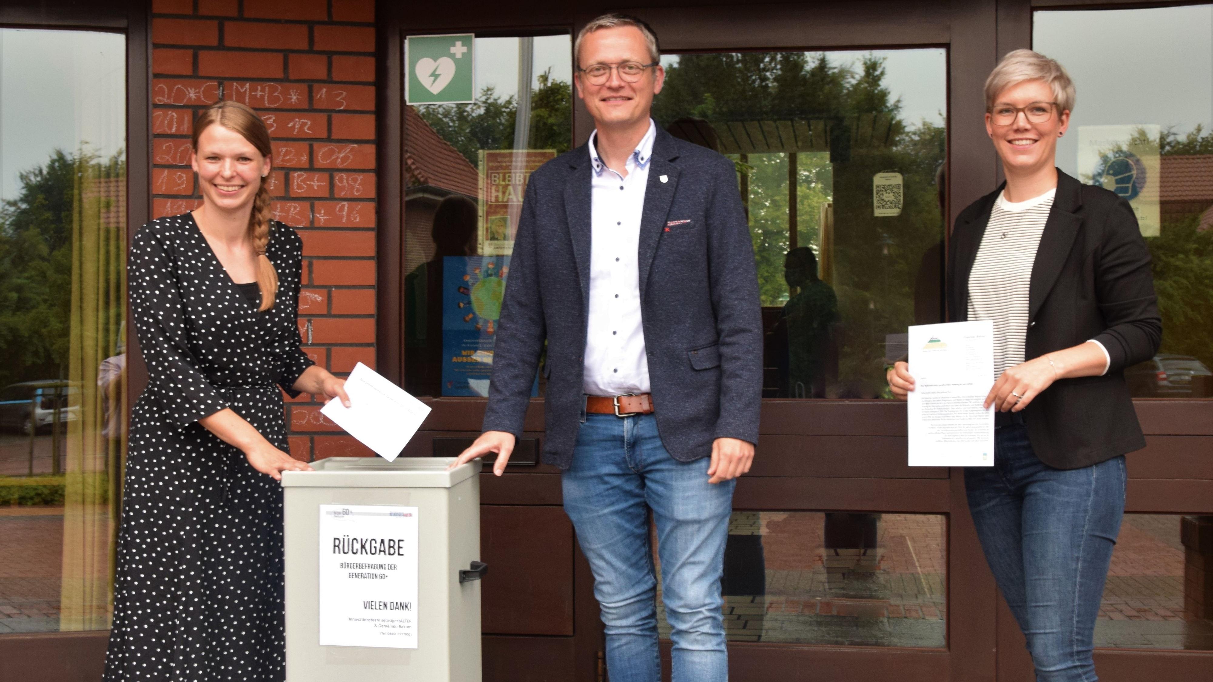 Hoffen auf große Beteiligung: Janine Devers, Tobias Averbeck und Sarah Berkensträter (von links) mit den Fragebögen. Foto: Hahn