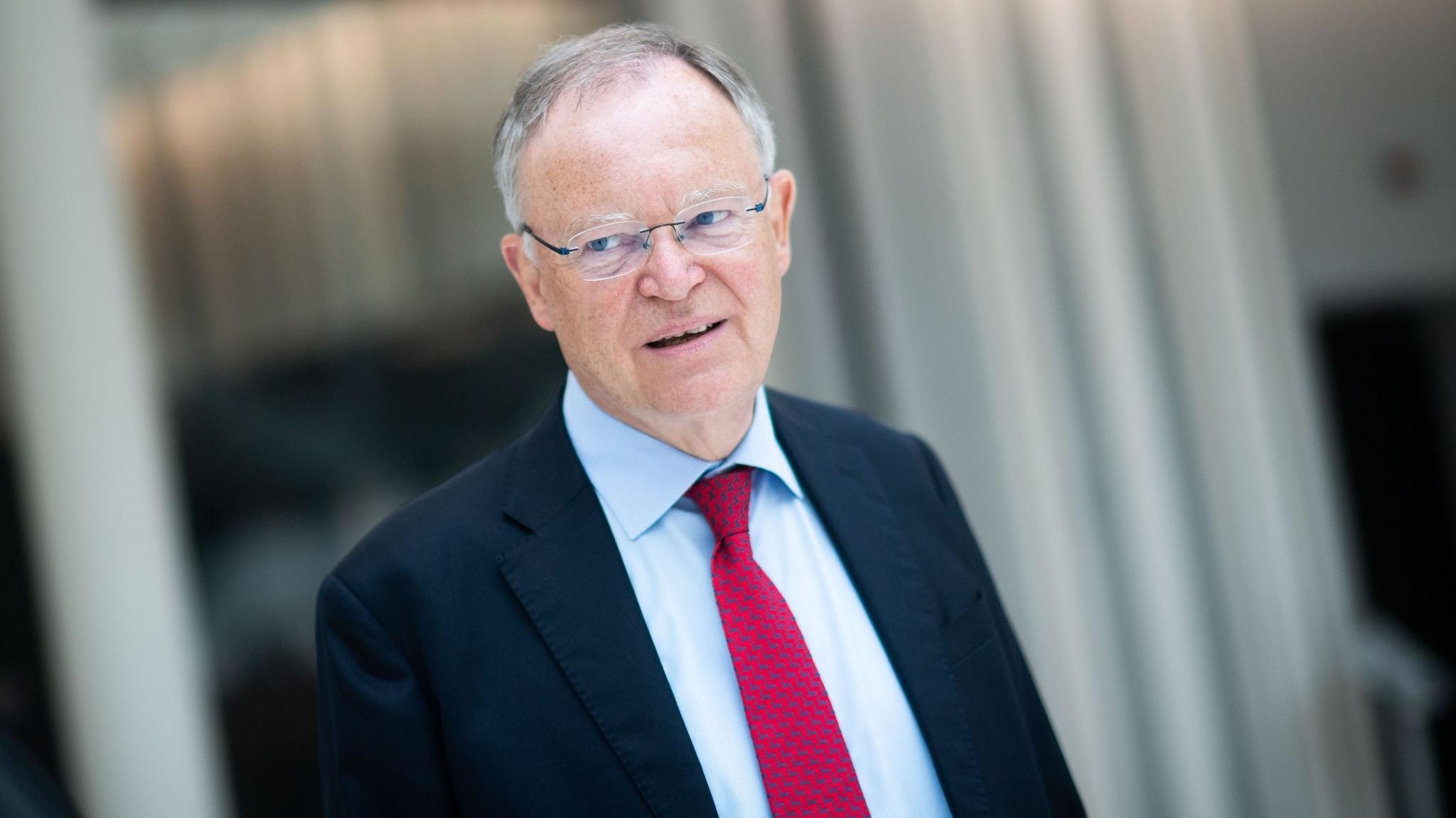 Fordert Corona-Kontrollen für Autofahrern aus Grenzgebieten: Niedersachsens Ministerpräsident Stephan Weil (SPD). Foto: dpa/Stratenschulte