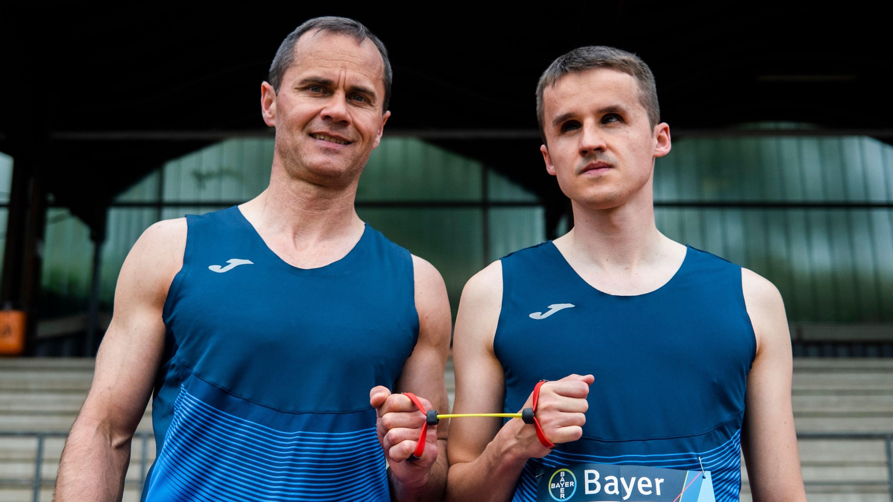 """Nominiert für die Paralympics: """"Guide"""" Alexander Kosenkow (links) und sein Sprintpartner Marcel Böttger. Foto: Mika Volkmann"""