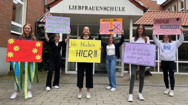Liebfrauenschülerinnen kämpfen mit Plakataktion um ihre Schule
