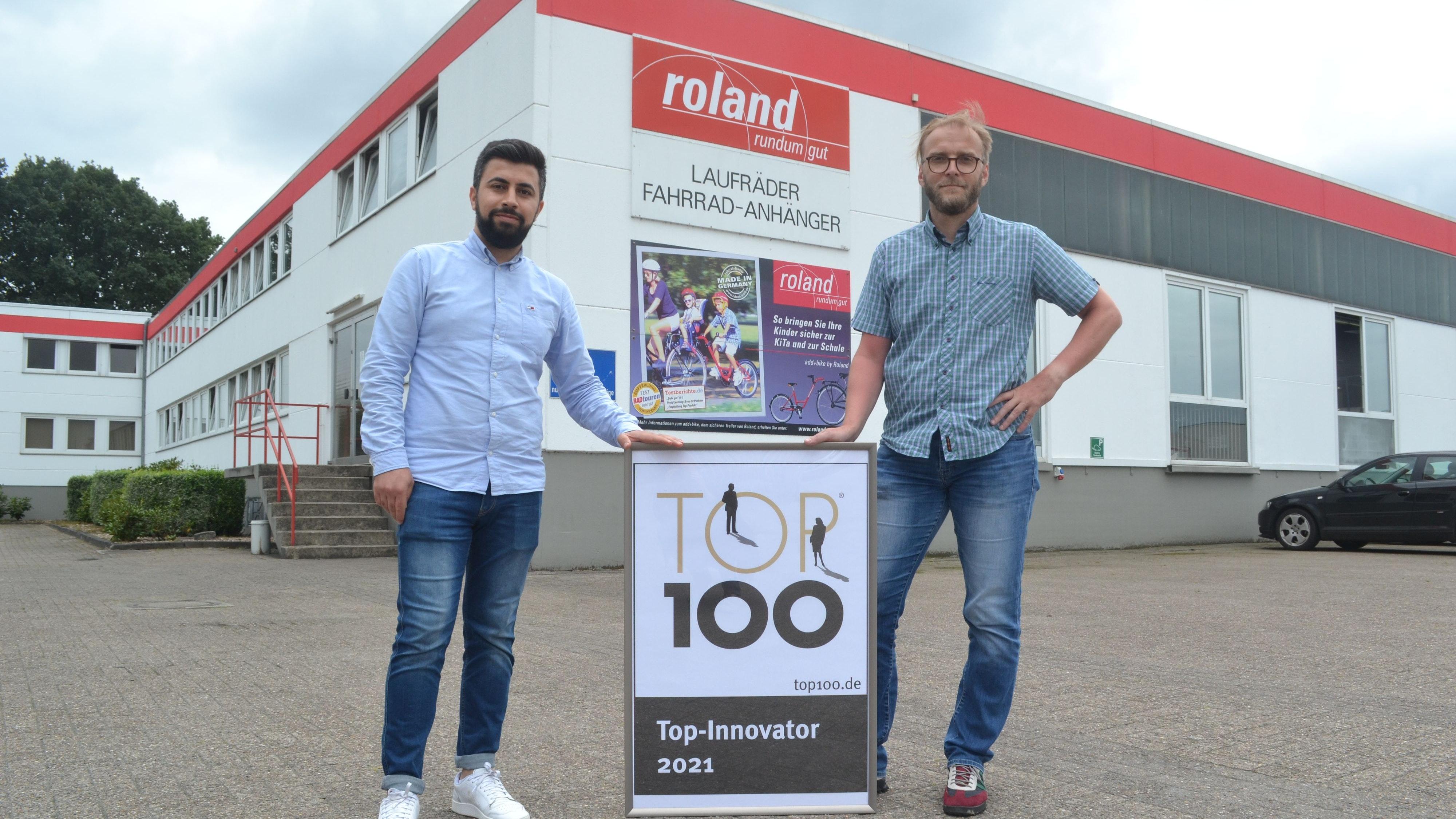 Plakette für Innovationskraft: Unternehmenssprecher Shahab Ibrahim (links) und Geschäftsführer Heiko Plorinn freuen sich über die Auszeichung für die Firma. Foto: Schrimper