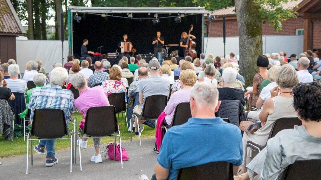 Ausgelassene Stimmung: Die Musiker nahmen ihre Gäste auf eine besondere Klangreise mit. Foto: Varnhorn