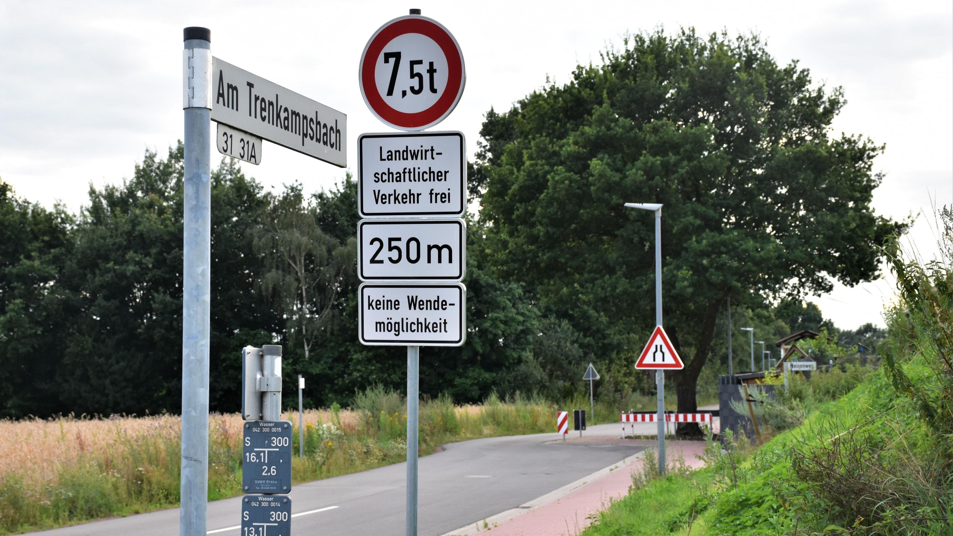 Neue Schilder mit klarer Botschaft: Schwerlastverkehr darf nicht mehr in die Siedlung Am Trenkampsbach fahren. Die von Anwohnern gewünschte Geschwindigkeitsbegrenzung gibt es allerdings nicht. Foto: Böckmann