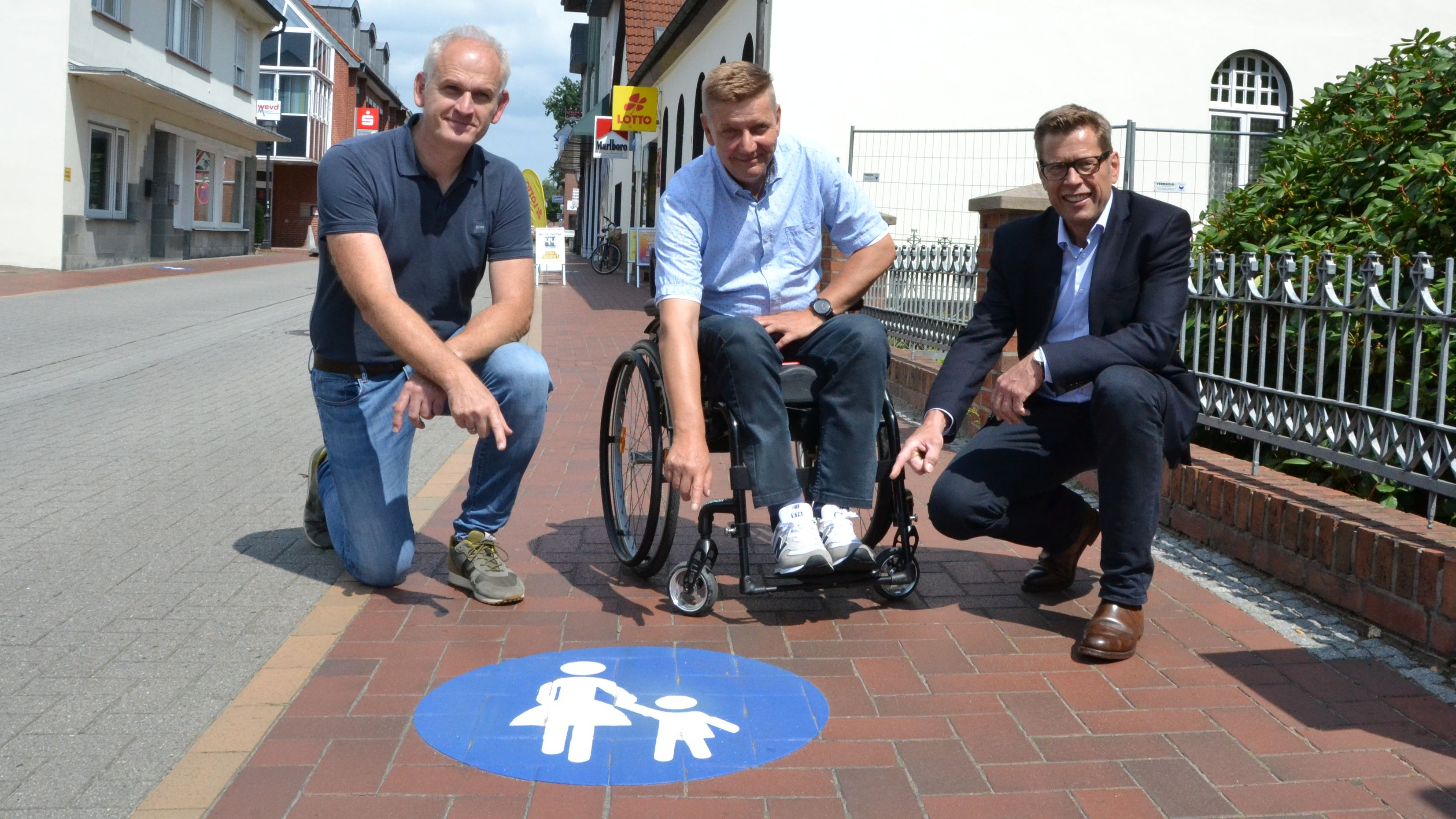 Bitte nicht parken: Markus Willen, Ralf Lampe und Jens Flerlage (von rechts) weisen auf ein neues Piktogramm hin. Foto: G. Meyer