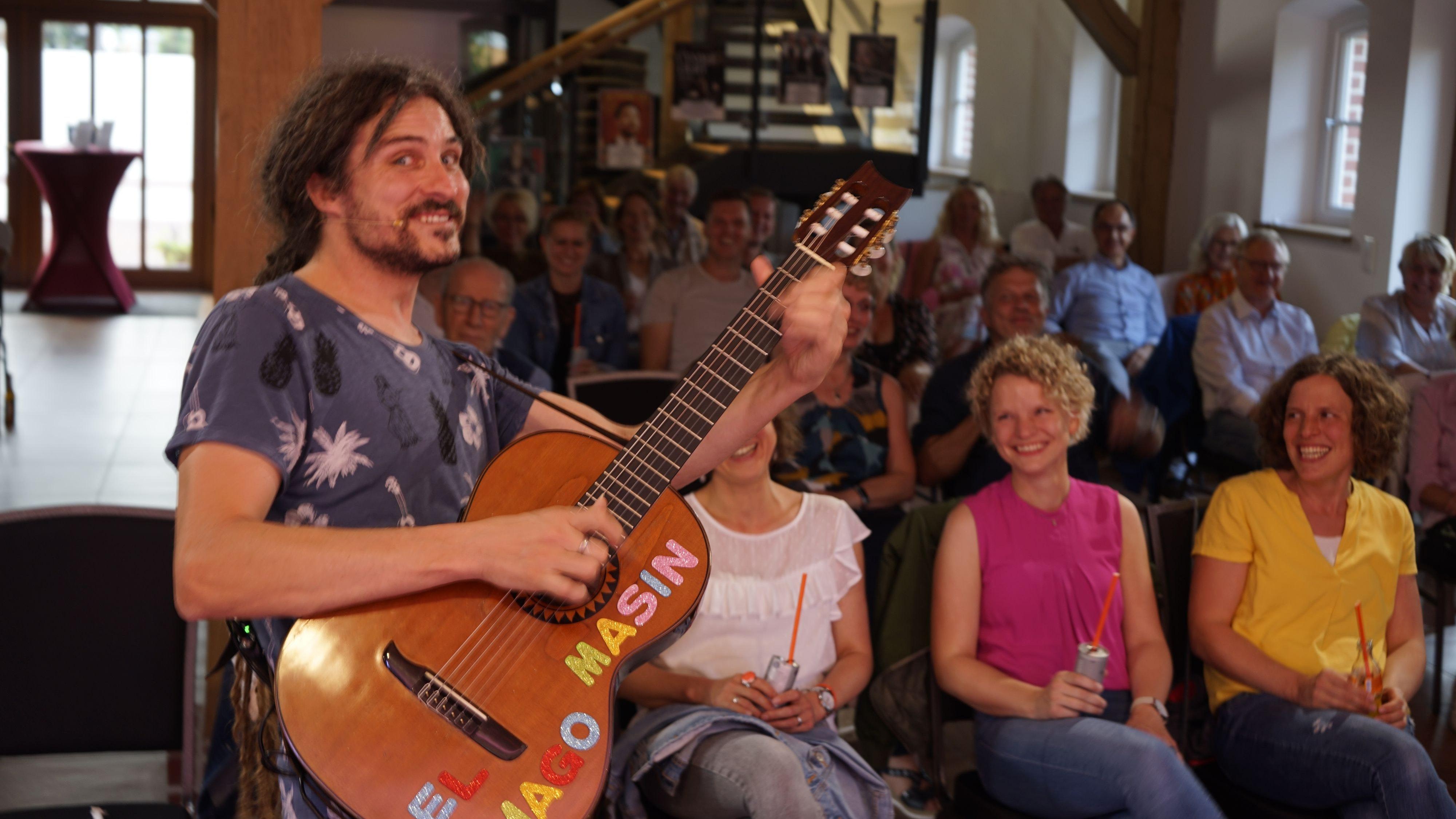Das Publikum ist außer sich: El Mago Masin sorgt für schallendes Gelächter in der Kulturscheune. Foto: Frerich