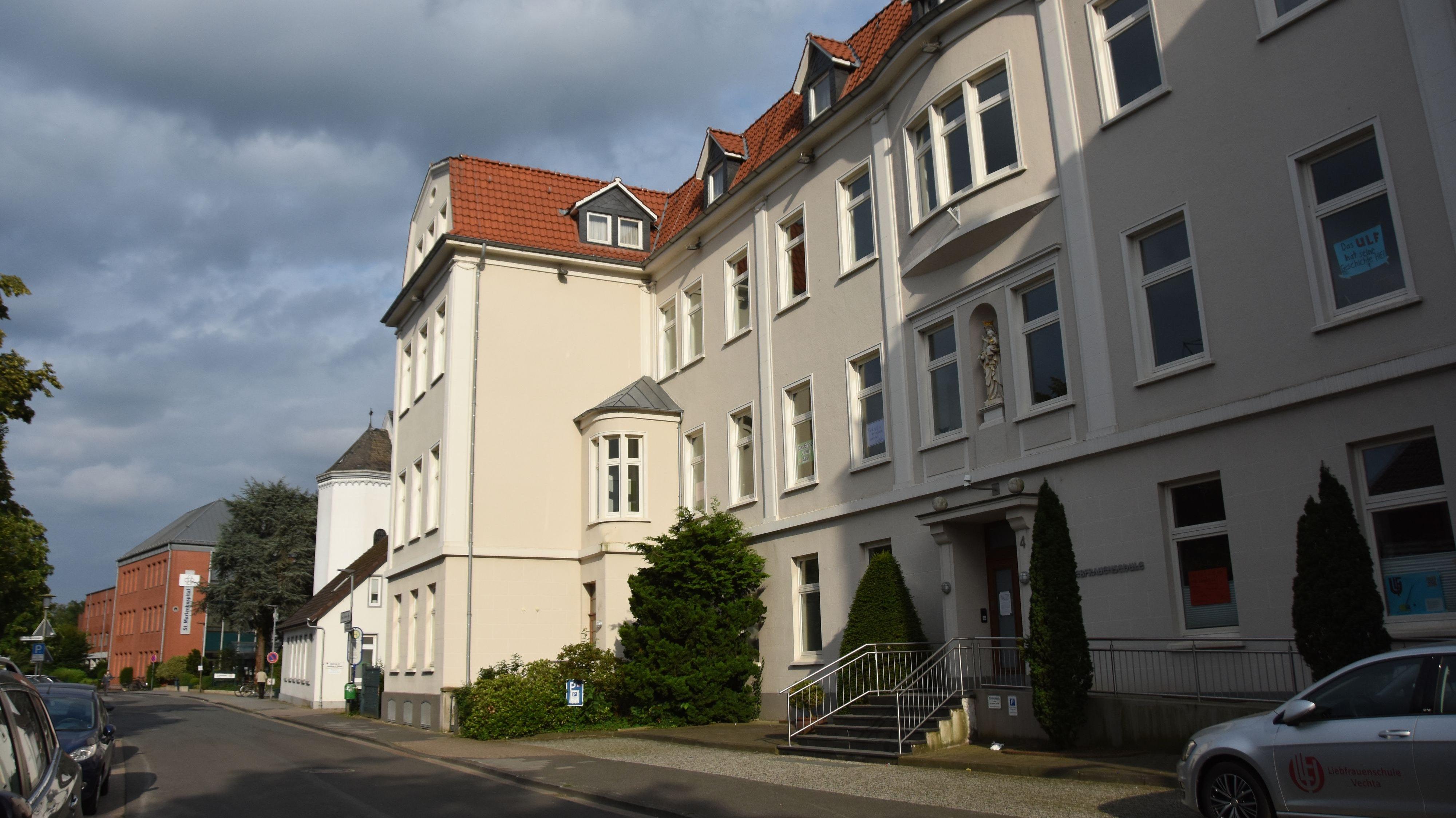 Schulgebäude wird nicht zur Klinik: Das Gelände der Liebfrauenschule neben dem St. Marienhospital in Vechta wird nicht überplant. Foto: Tzimurtas