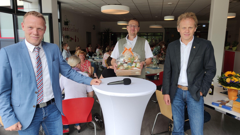 Abschied: Bürgermeister Frank Bittner (links) und Hauptamtsleiter Alfons Echtermann (rechts) verabschieden Axel Krämer von der Oberschule Dinklage. Foto: Röttgers