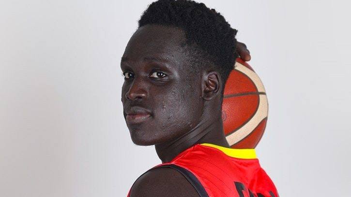 Fotoshooting mit Ball: Rastas Neuzugang Dengeu John Geu im Trikot von Uganda. Foto: Fiba