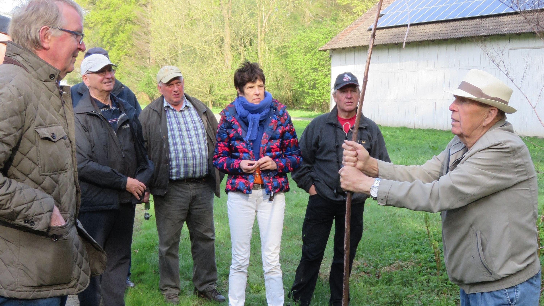 Wanderung in Goldenstedt: Heino Muhle erzählt den Teilnehmern etwas über die Schlochterbäke. Foto: Heitlage