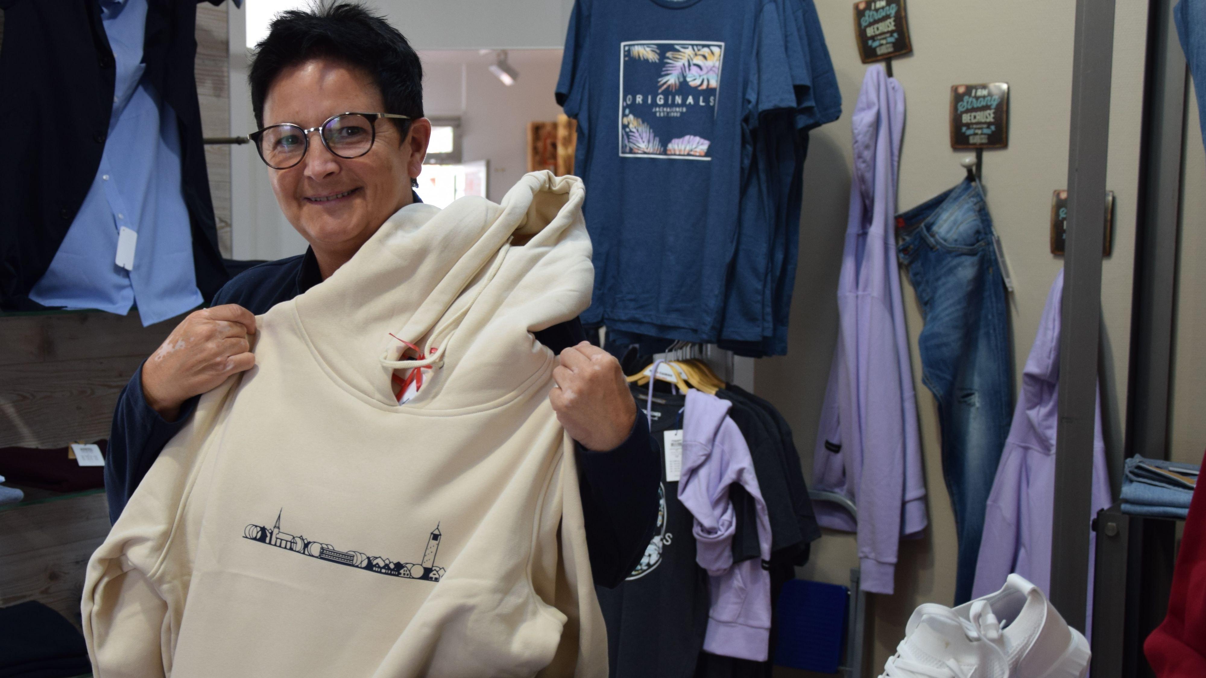 Löninger Skyline: Geschäftsinhaberin Maria Abeln ist dankbar für ihre treue Kundschaft während der Pandemie. Foto: Hahn