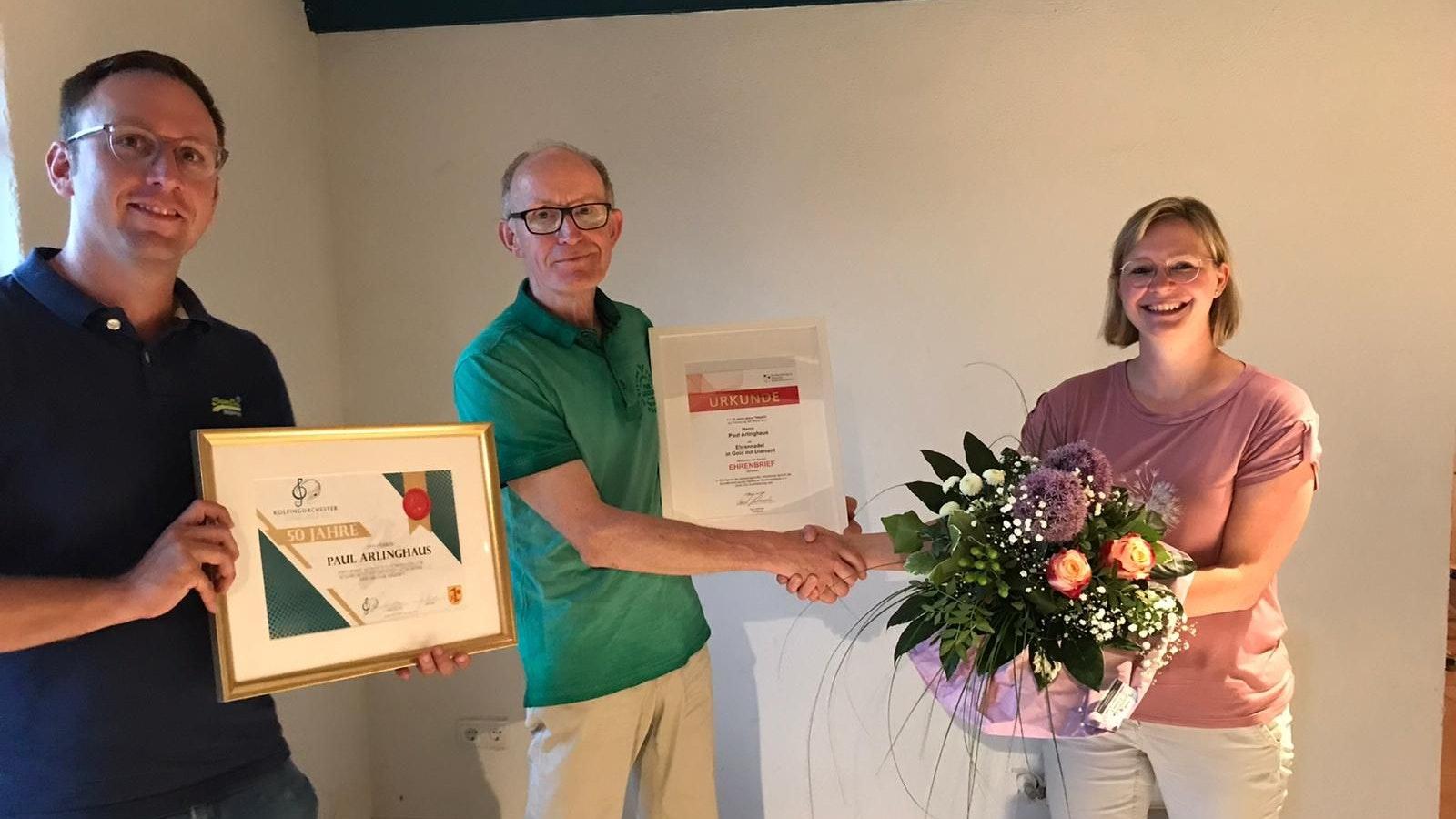 Glückwunsch: Daniel Lögering (links) und Christine Lier überreichten Paul Arlinghaus zwei Urkunden. Foto: Lier